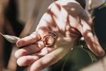 Обои Два кольца на помолвку в руке
