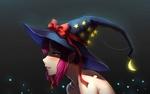 Обои Смущенная ведьмочка с ярко-розовыми волосами, в шляпе с красным бантом и золотистыми звездочками, с которой свисает светящейся месяц луны, art by Yin Lan Xue