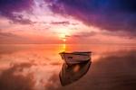 Обои Лодка в море на закате дня