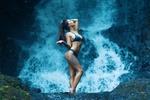 Обои Девушка купальнике стоит у водопада