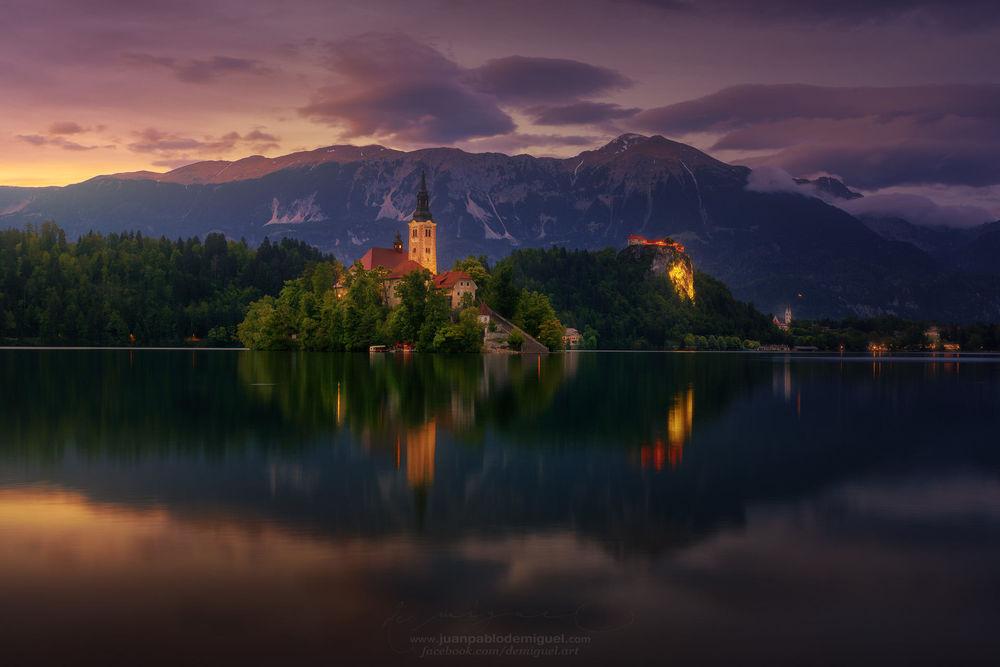 Обои для рабочего стола Церковь Успения Девы Марии на Бледском озере в городе Блед в Словении / Slovenia, фотограф Juan Pablo de Miguel