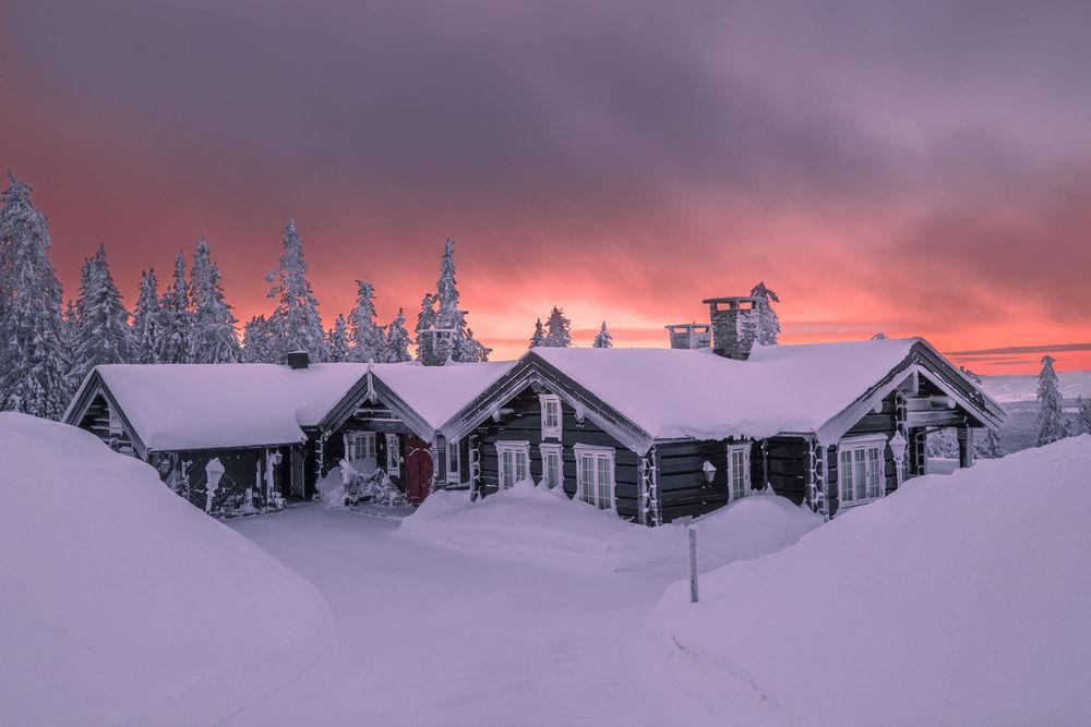 Обои для рабочего стола Домики в снегу на фоне мрачного неба, фотограф Jоrn Allan Pedersen