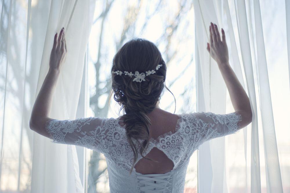 Обои для рабочего стола Невеста стоит у окна спиной к камере, by StockSnap