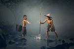 Обои Два мальчика бьют рыбу острогой в речке, by Sasin Tipchai