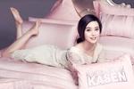 Обои Китайская актриса и певица Fan Bingbing / Фань Бинбин в светлом кружевном платье на розовой постели