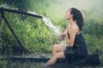 Обои Девушка моется на фоне природы, by Sasin Tipchai