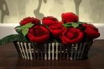 Обои Красные розы в корзине стоят на столе