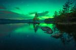 Обои Сияние на небе над озером Ringerike, Норвегия, фотограф Ole Henrik Skjelstad