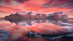 Обои Горы под розовым небом с облаками и их отражение в воде, фотограф Lara Koo