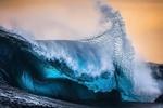Обои Морская волна на фоне зарева в небе