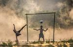 Обои Мальчишки играют в футбол, в воде, покрытой туманом, by Sasin Tipchai