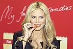 Обои Модель Heidi Klum / Хайди Клум что-то ест