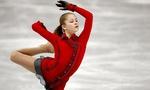 Обои Фигуристка Юлия Липницкая в красном наряде на льду