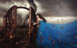 Обои Девушка открыла ворота, за которыми виден смерч, фотограф Andrei Erastov