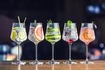 Обои Пять бокалов с прохладительными фруктовыми коктейлями на барной стойке