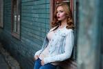 Обои Девушка в джинсовой куртке стоит, прислонившись к окну старого деревянного дома, by Анастасия Гепп