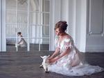 Обои Модель Anastasia Scheglova / Анастасия Щеглова сидит на полу с козленком, фотограф Olga Strelkova
