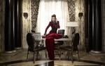 Обои Американская актриса Лана Паррия в образе Злой Королевы из сериала Однажды в Сказке (Once Upon a Time) сидит на столе и разговаривает по телефону