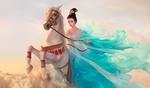 Обои Девушка - азиатка в развевающемся голубом платье верхом на коне