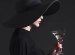 Обои Девушка в большой черной шляпе, с бокалом напитка в руке, фотограф Refat Mamutov