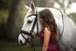 Обои Девушка стоит рядом с лошадью. Фотограф Mona Hоhler