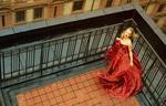 Обои Актриса Аманда Сейфрид / Amanda Seyfried в красном платье позирует на крыше