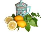 Обои Чашка с крышкой, листья мяты, лимоны целые и нарезанные, светлый фон, by Beverly Buckley