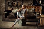 Обои Модель Катерина Ширяева сидит посреди комнаты. Фотограф Dmitry Arhar