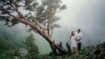 Обои Парень с девушкой стоят у дерева, фотограф Васильев Андрей