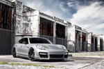 Обои Серебристый Porsche Panamera стоит у заброшенного здания