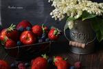 Обои Спелая клубника, яблоко и ягоды черники, цветы черемухи в ведерке на столе