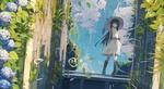 Обои Девочка в белом платье и соломенной шляпе стоит на фоне летнего неба в саду с цветущей гортензией