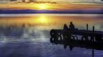Обои Ребята на причале любуются закатом, фотограф Wim denijs