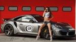 Обои Брюнетка в топике и джинсовых шортах позирует, стоя у спортивного Porsche / Порше 911 на фоне здания