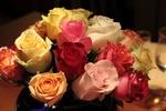 Обои Букет разноцветных роз в вазе на столе