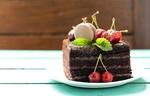 Обои Слоеное шоколадное пирожное со свежей черешней на тарелке