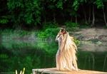 Обои Девушка в образе ангела стоит на мостике в пруду, фотограф Анастасия