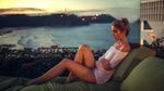 Обои Модель Ксения Кокорева отдыхает на балконе среди кустов роз, с видом на вечерний морской берег, фотограф Лямин Юрий