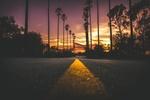 Обои Дорога, уходящая вдаль на закате солнца