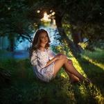 Обои Девушка в белом платье сидит на траве среди деревьев, фотограф Юлия Пустовит