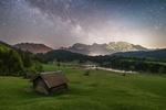Обои Домик на склоне, с которого открывается невероятной красоты пейзаж