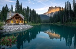 Обои Домик на берегу озера Эмеральд / Emerald Lake в Канаде / Canada