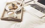 Обои Вафли с черникой и кофе с молоком на подносе у ноутбука