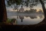 Обои Кот сидит у берега реки Нерль на фоне церкви Покрова, Владимирская область, фотограф Пашеничев Александр
