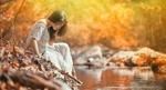 Обои Девушка в белом платье сидит у водоема, фотограф Денис Третьяков