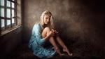Обои Модель Алиса Тарасенко в голубом платье позирует, сидя на сене в помещении на фоне стены и окна. Фотограф Георгий Чернядьев