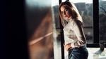 Обои Модель Maria Puchnina / Мария Пучнина в белой рубашке и в джинсах позирует, стоя в помещении на фоне окна и стола с чашкой. Фотогрф Иван Горохов