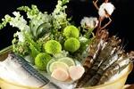 Обои Тигровые креветки и скумбрия в блюде со льдом в изысканной сервировке с букетом зеленых цветов и веточкой хлопка