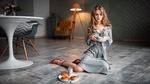 Обои Модель Анастасия Щеглова с чашкой руке позирует, сидя на полу комнаты. Фотограф Георгий Чернядьев