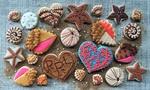 Обои Печенье с цветной глазурью в морской тематике разложено на сахарном песке и скатерти